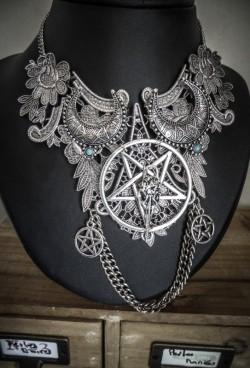 collier-maxi-plastron-dentelle-argente-goth-pentagram-lune-666-wicca-666