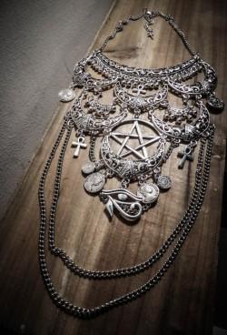 collier-maxi-plastron-lune-argente-goth-ankh-pentagram-666-cleopatra-666-2